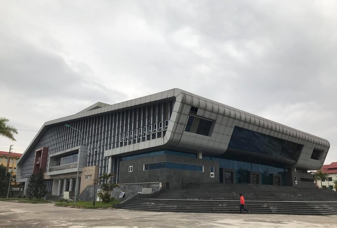 """Nhà hát huyện Đan Phượng cửa đóng then cài """"đắp chiếu"""" nhiều năm nay. Ảnh: Trường Phong"""