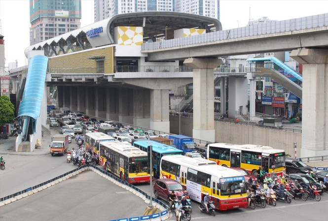 Khi tàu Cát Linh - Hà Đông hoạt động, số lượng xe buýt sẽ giảm 30-45%.Ảnh: Anh Trọng