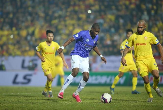 Chiến thắng của Nam Định trước Á quân CLB Hà Nội báo hiệu một mùa giải gay cấn của LS V-League 2021. Ảnh: Anh Tú