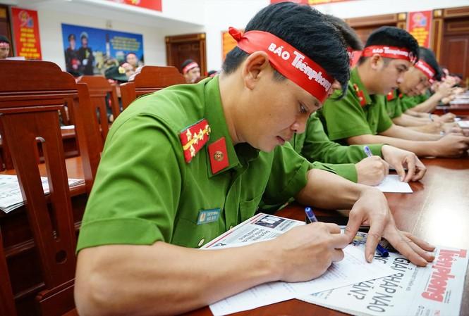 Cán bộ, chiến sĩ Công an tỉnh Đắk Lắk làm thủ tục hiến máu