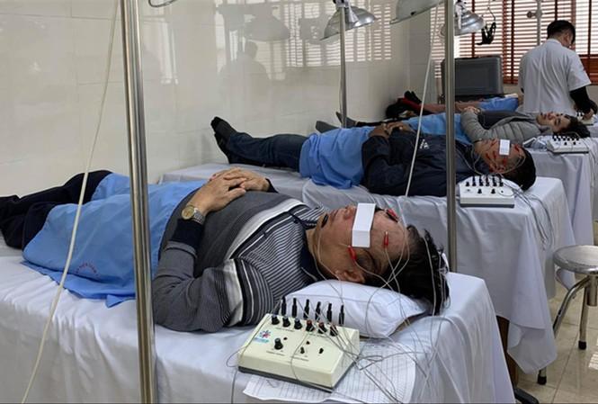 Châm cứu chữa liệt mặt vì lạnh cho bệnh nhân
