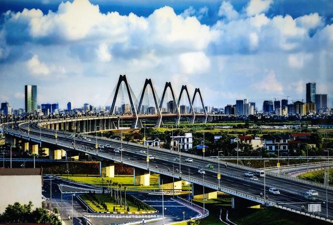 Cầu Nhật Tân được xây dựng đưa vào sử dụng đã mở rộng đô thị về phía Tây, tạo ra diện mạo mới cho phát triển kinh tế - xã hội Hà Nội. Ảnh: Hoàng Mạnh Thắng