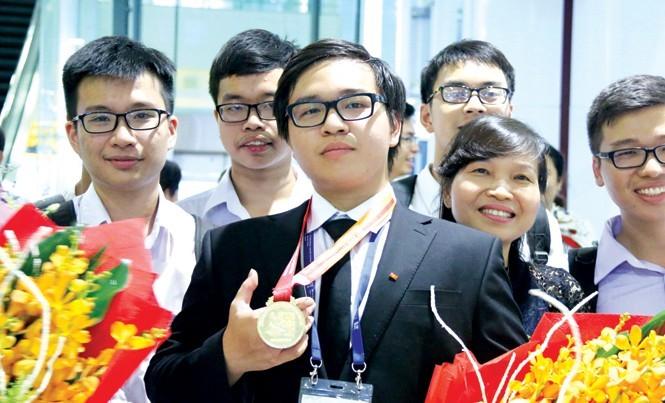 Phạm Đức Anh với tấm huy chương Vàng Olympic Hóa học quốc tế năm 2017