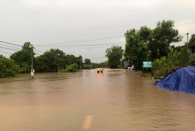 Tuyến đường tỉnh lộ 1 Ea Súp ngập trong nước.