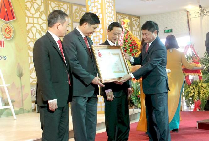Sở GD&ĐT Đắk Lắk đón nhận Huân chương Lao động hạng Nhì.