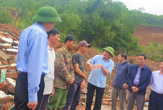 Bí thư Cường (đội mũ xanh, bên phải) thăm hỏi các hộ dân bị sập nhà