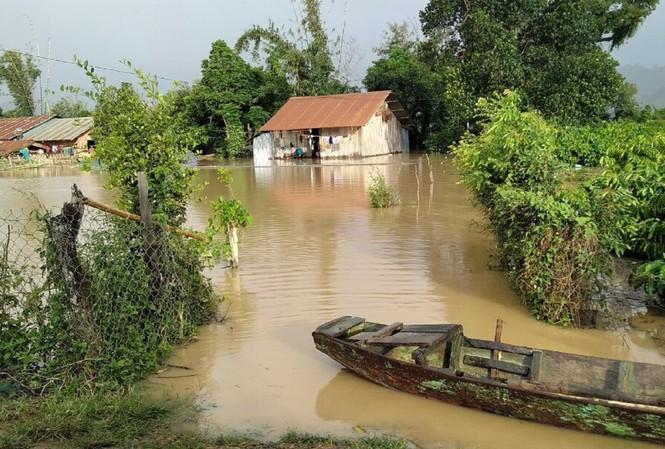 Nhà dân ở huyện Lắk bị ngập trong nước