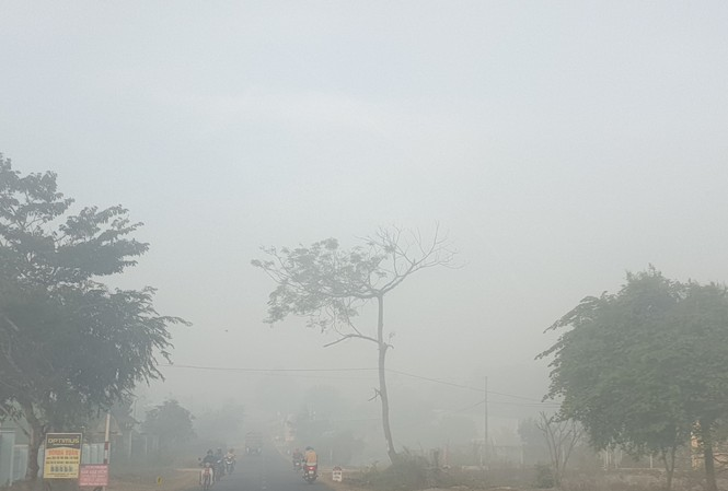 Sương mù dày đặc khiến tầm nhìn của người đi đường bị hạn chế