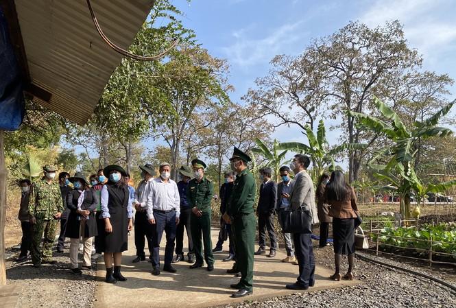 Đoàn công tác kiểm tra tại chốt phòng, chống dịch Đồn Biên phòng Bo Heng. ẢNh: Ngọc Lân