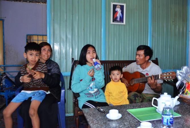 Quỳnh cầm chai thay micro, hát tặng đoàn đến thăm