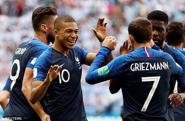 Sao tuyển Pháp làm loạn sau chiến thắng trước Argentina
