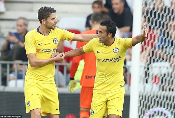Pedro ăn mừng cùng tân binh Jorginho
