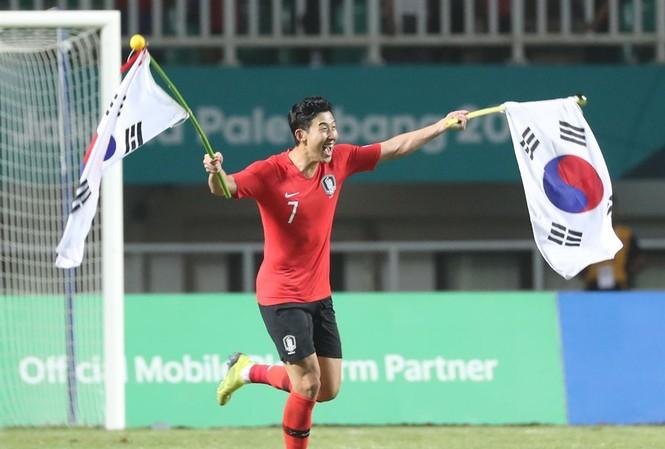 Son Heung Min ăn mừng chiến thắng ở ASIAD 18