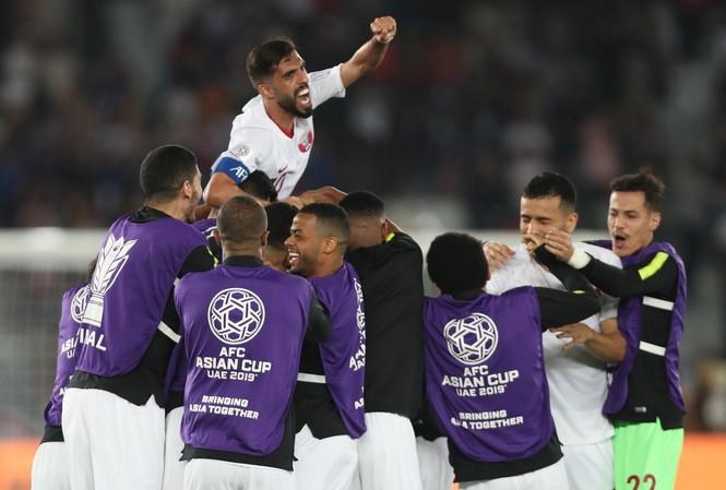 Các cầu thủ Qatar ăn mừng chiến thắng trước Nhật Bản