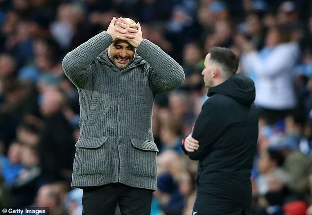 HLV Pep Guardiola xin lỗi vì bàn thắng việt vị của Sterling.