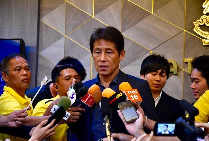 HLV Akira Nishino nhận kỳ vọng rất lớn từ người Thái Lan.