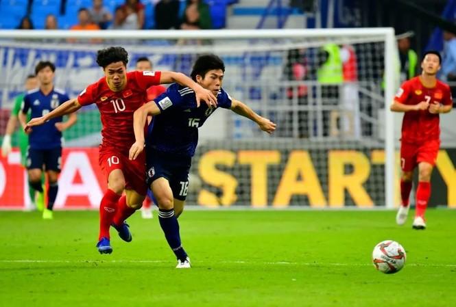 Takehiro Tomiyasu và Công Phượng đọ sức ở Asian Cup 2019.