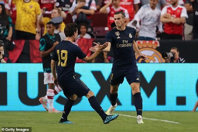 Gareth Bale ăn mừng bàn thắng cùng đồng đội.