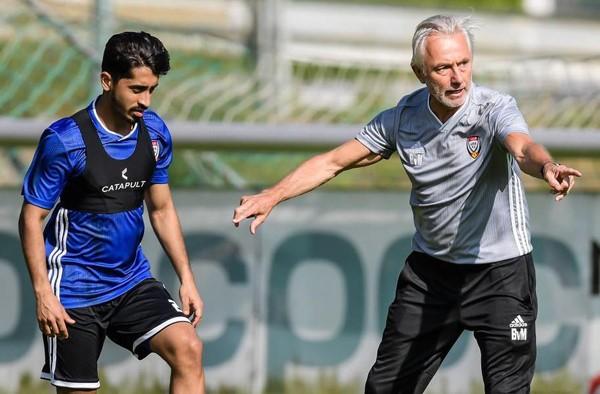 HLV Bert van Marwijk gây tranh cãi ở UAE.