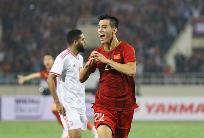 Đánh bại UAE, tuyển Việt Nam lên đầu bảng