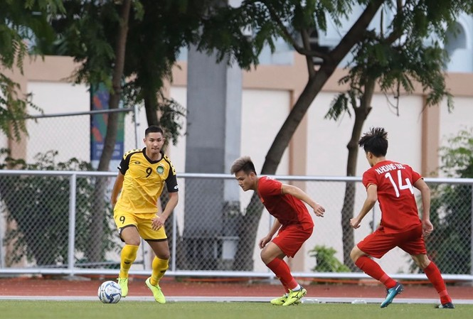 Faiq Bolkiah (số 9) gây sốc khi tự xếp mình vào đội hình chính của Brunei.