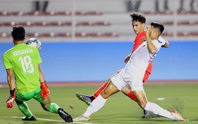 U22 Lào (áo trắng) giành 1 điểm trong cuộc đọ sức với Singapore. Ảnh: Zing