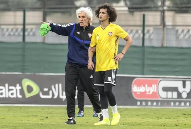 HLV Ivan Jovanovic hướng dẫn ngôi sao UAE, Omar Abdulrahman trong một buổi tập.