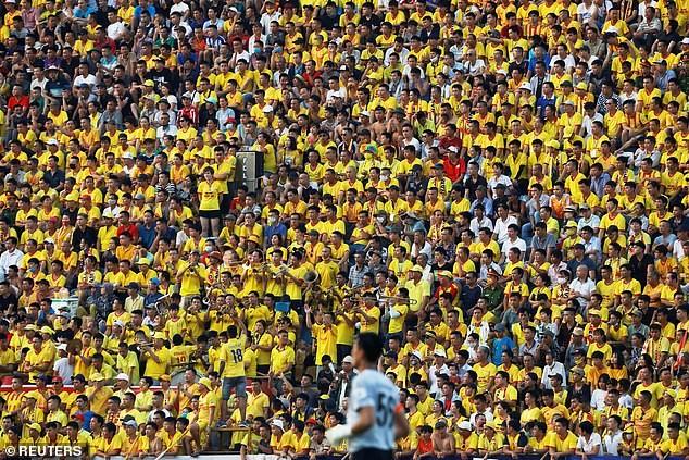 Hình ảnh sân Thiên Trường đầy ắp khán giả trong phóng sự của Reuters.
