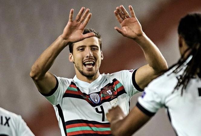 Ruben Dias trở thành người hùng của Bồ Đào Nha.