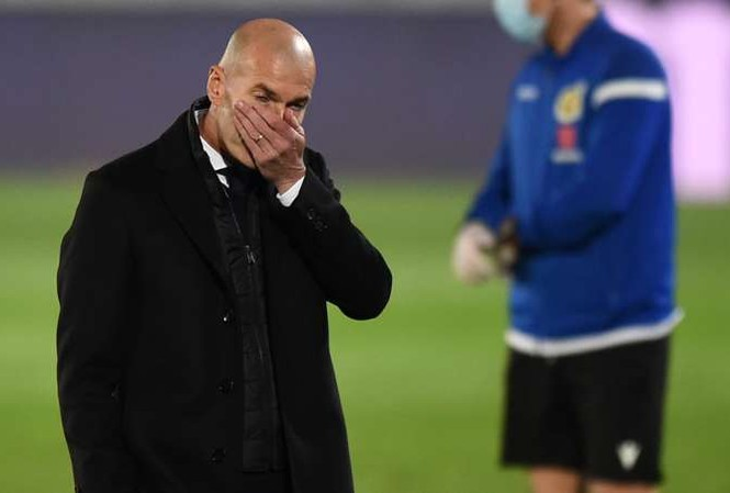 HLV Zinedine Zidane thất vọng sau trận thua sốc Alaves.
