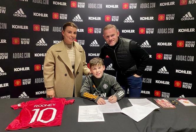 Con trai Rooney ký hợp đồng với M.U