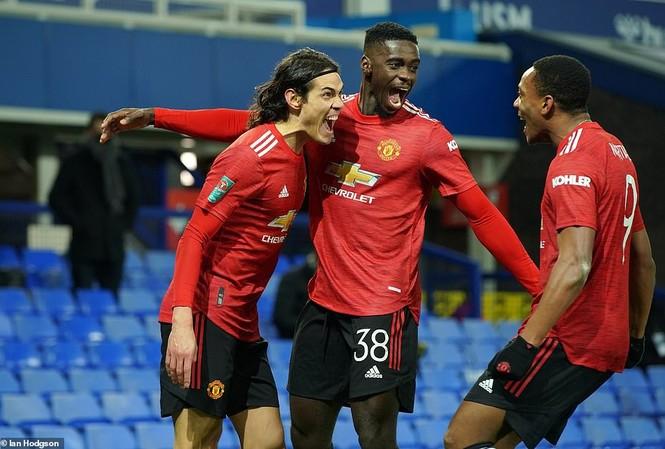 Cavani ăn mừng bàn thắng phút chót cùng đồng đội.