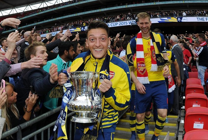 Mesut Ozil rời Arsenal trong tranh cãi.