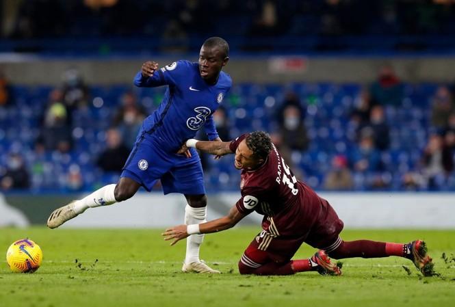 Kante (trái) sẽ để lại nhiều nỗi lo cho Chelsea