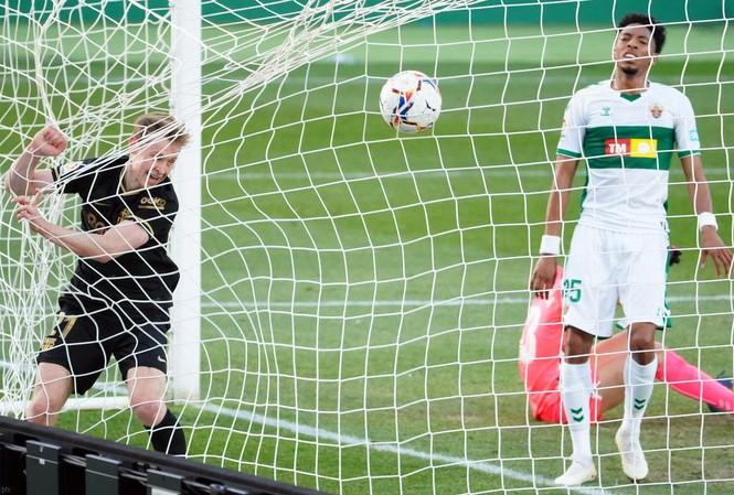 De Jong ập vào ghi bàn mở tỷ số cho Barca