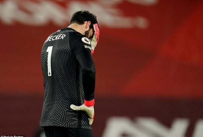 Alisson ôm đầu thất vọng trước Man City.