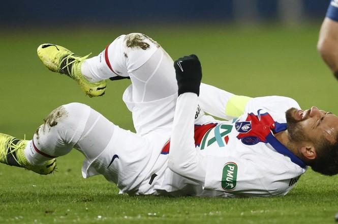 Neymar chấn thương, PSG lo sốt vó trước đại chiến với Barcelona