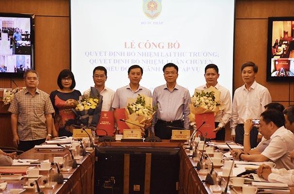 Bộ trưởng Bộ Tư pháp trao quyết định và chúc mừng các cán bộ được điều động, bổ nhiệm.