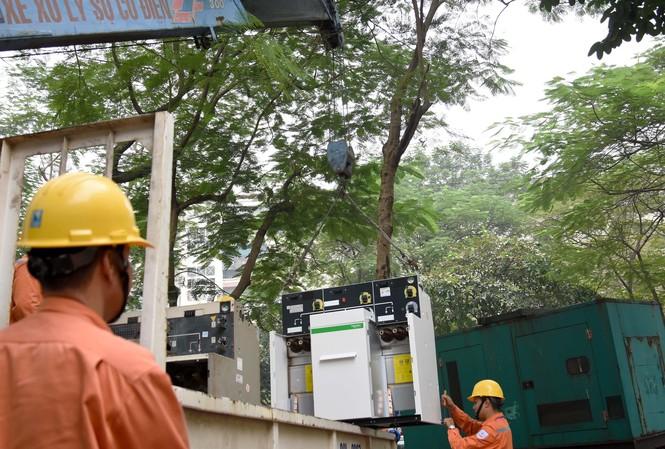 Công nhân viên Công ty Điện lực Cầu Giấy tiến hành thay tủ RMU của trạm biến áp Di dân Dịch Vọng 6
