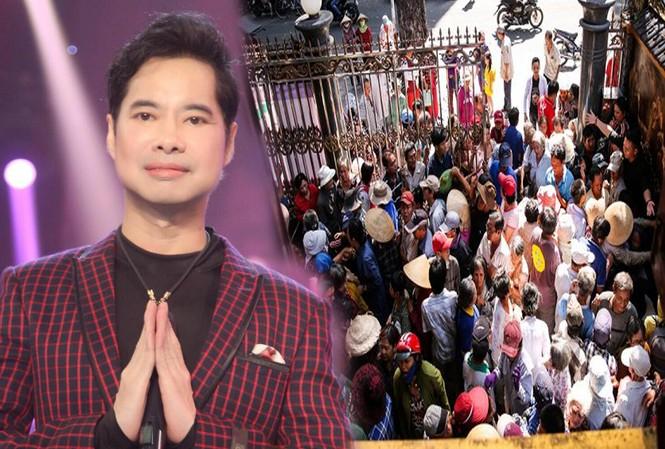 Hàng trăm người dân chen lấn trước cửa nhà Ngọc Sơn để được phát gạo và tiền