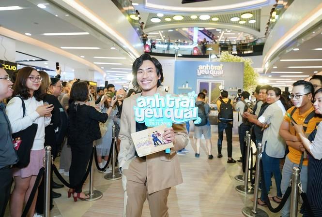Kiều Minh Tuấn giới thiệu kiểu tóc mới khi ra mắt phim 'Anh trai yêu quái'.