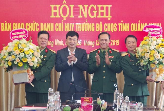 Lãnh đạo Quân khu 3 và lãnh đạo tỉnh Quảng Ninh chúc mừng Thiếu tướng Lê Đình Thương và Đại tá Lê Văn Long.
