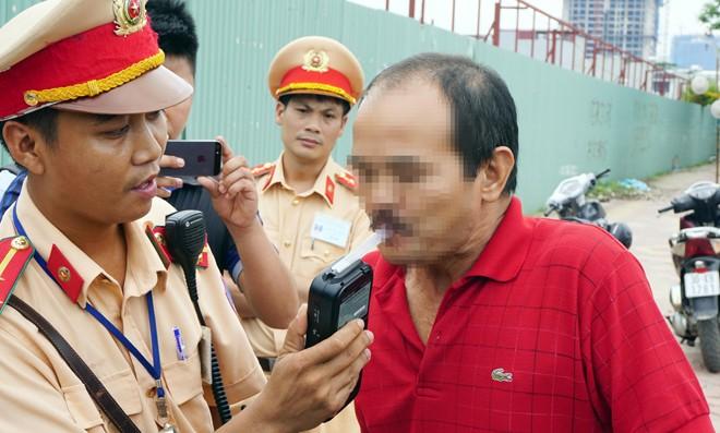 CSGT kiểm tra nồng độ cồn người điều khiển phương tiện giao thông tại Hà Nội   Ảnh: Nguyễn Hoàn