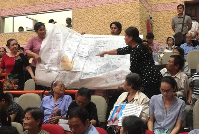 Người dân dựa trên bản đồ quy hoạch cho rằng nhà đất bị giải tỏa tại 5 khu phố thuộc 3 phường An Khánh, Bình An, Bình Khánh ngoài ranh khu ĐTM Thủ Thiêm. Ảnh: Huy Thịnh