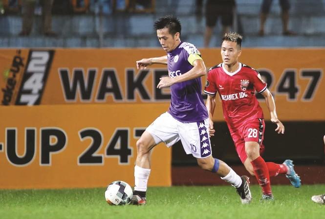 Tiền đạo Văn Quyết đang thể hiện phong độ cao trong màu áo Hà Nội FC    Ảnh: VSI