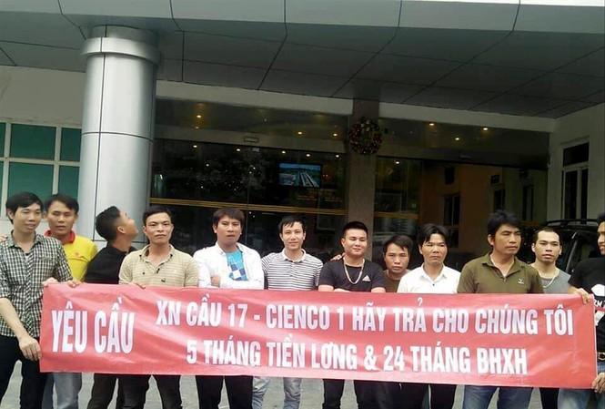 Mới đây, một số lao động tại công ty của Cienco1 kéo tới trụ sở tổng công ty căng biển đòi lương và nợ bảo hiểm xã hội      Ảnh: Dương Hưng
