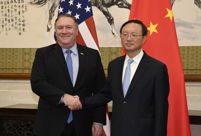 Ông Dương Khiết Trì và  người đồng cấp Mike Pompeo tại một cuộc gặp hồi tháng 11 năm ngoái  Ảnh: SCMP/AP