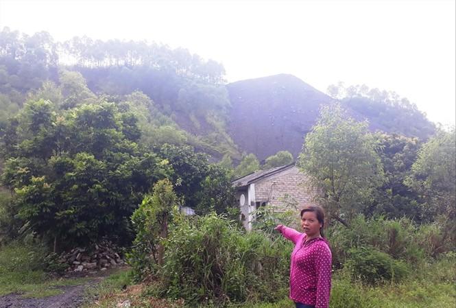 Việc nổ mìn khai thác than ảnh hưởng đến nhà dân    Ảnh: Nguyễn Thắng