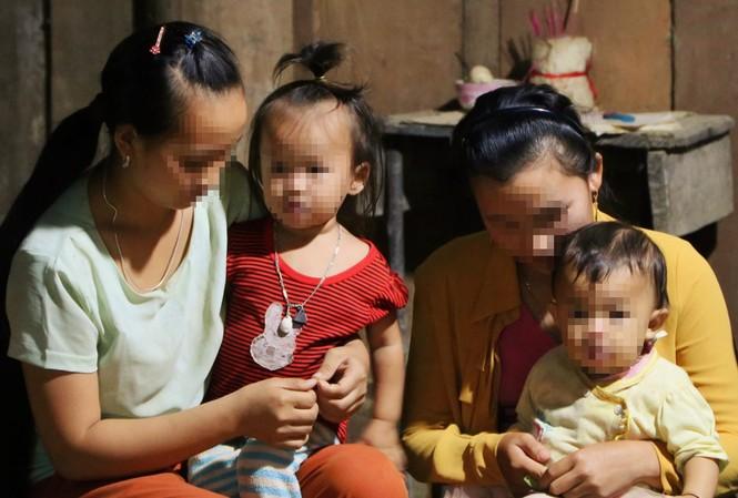 Lầu Y Sùa cùng Hờ Y Ninh lấy chồng từ năm 13 tuổi giờ đã có 4 mặt con