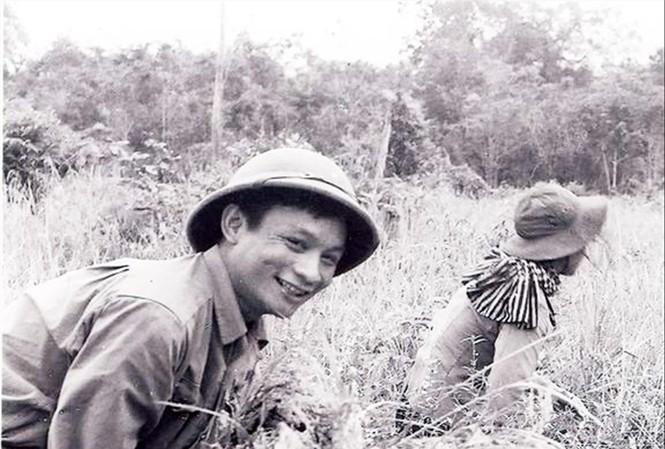 Nhà báo Đình Na sau những lần đưa tin ảnh chiến trường, trở về chiến khu để tăng gia sản xuất tự túc lương thực. Ảnh: Tuấn Hải (TTXVN)